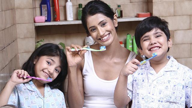 чистка зубов всей семьей