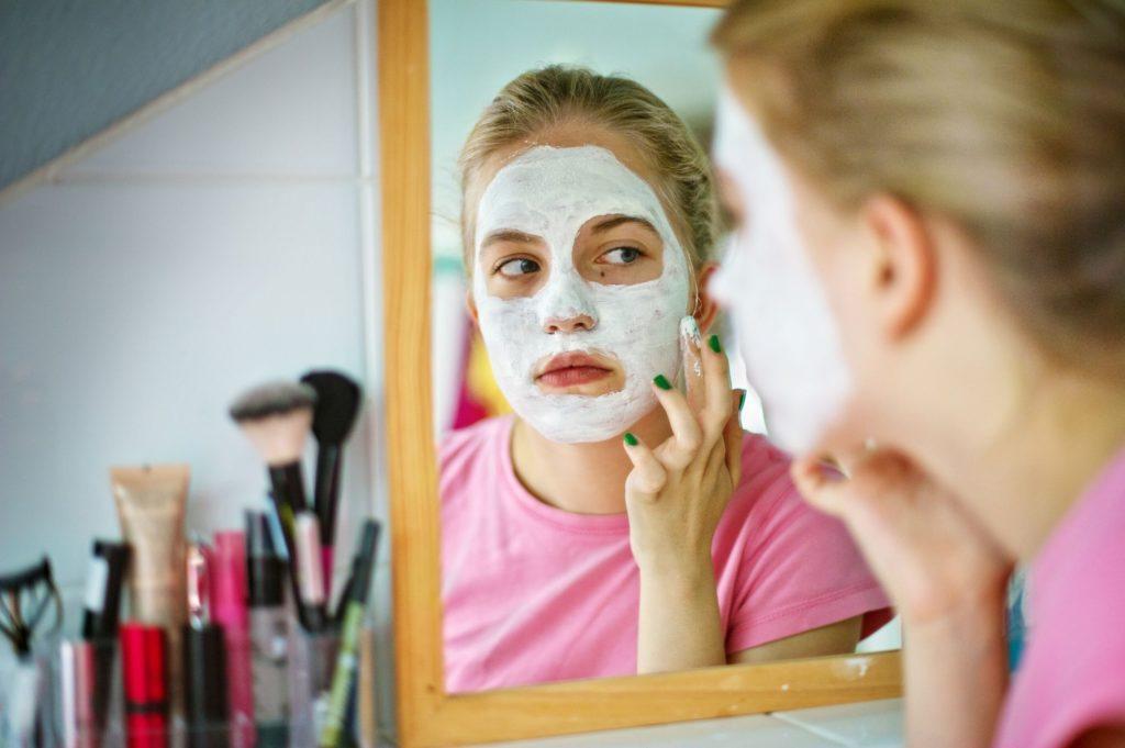 растирание зубной пасты на лице