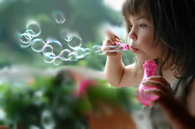 выдувание пузырей ребенком