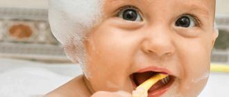 малыш впервые чистит зубы