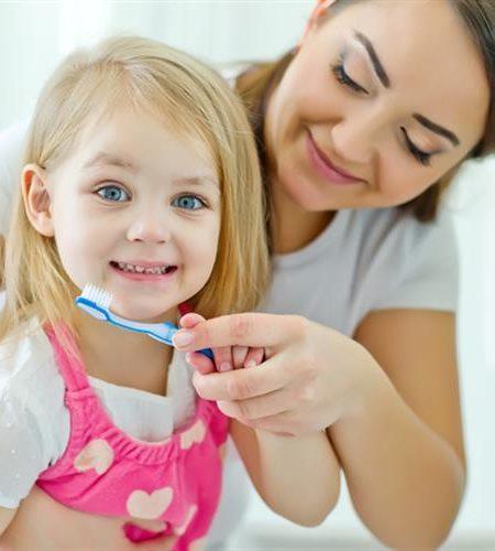 чистка зубов ребенку вместе с мамой