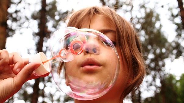 выдувание мыльного пузыря