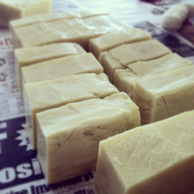 нарезаные после приготовления куски хозяйственного мыла
