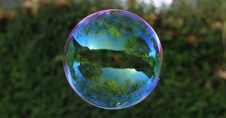 приламление на поверхности пузыря окружающей обстановки
