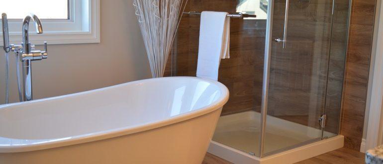 ванна и душевая кабина рядом
