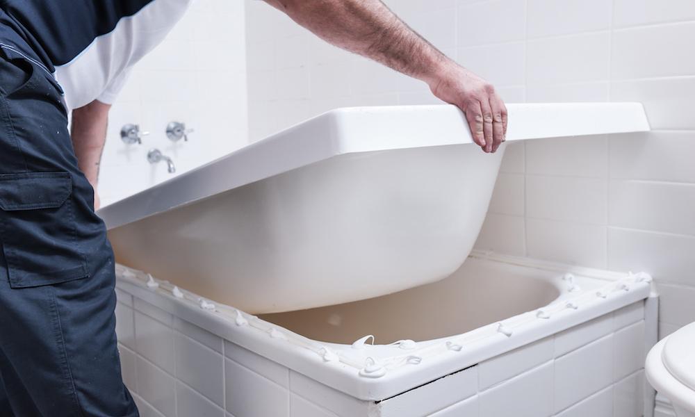 Акриловая вставка в ванну: особенности выбора и монтажа