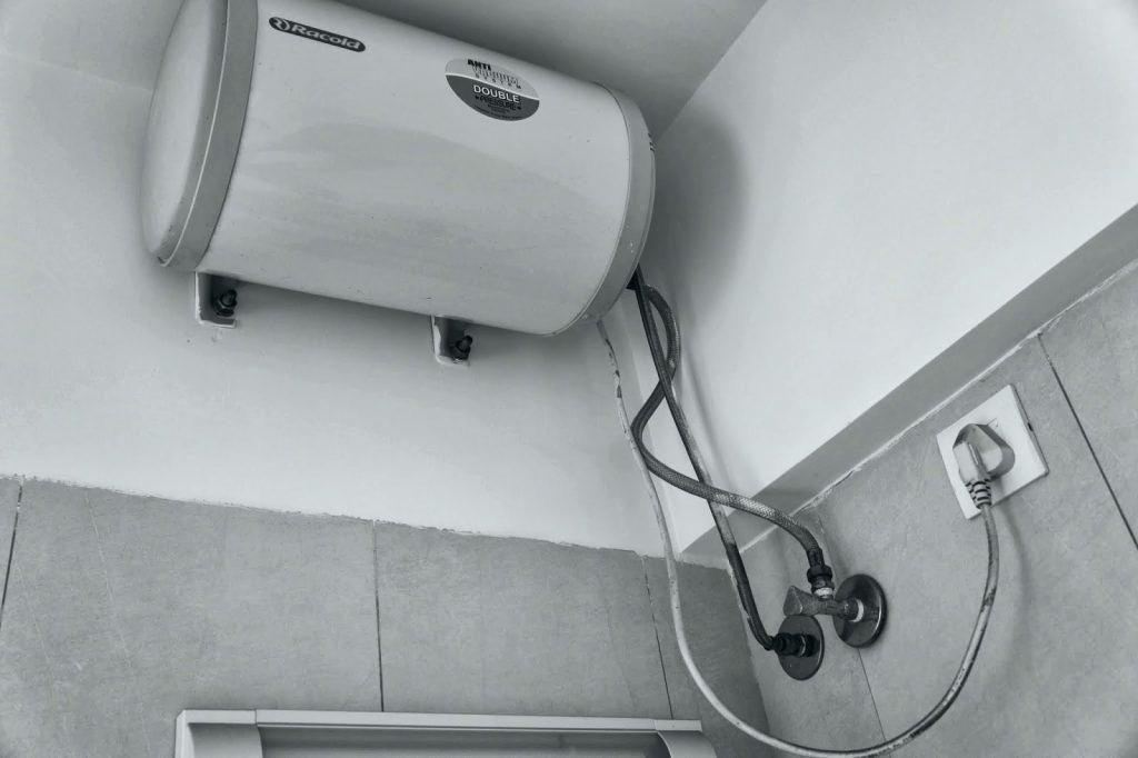 водонагреватель над дверью в ванной