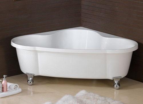 симетричная ванна установленная в углу