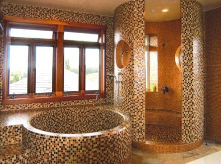 Душ в деревянном доме с мозаичной отделкой