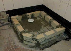 возвышение из кирпича и заливного бетона для душевой кабины