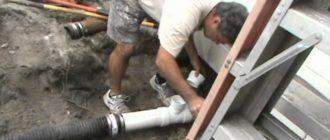 мужчина в белой футболке заменяет канализацию