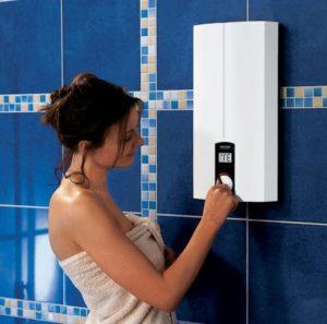 девушка настраивает водонагреватель